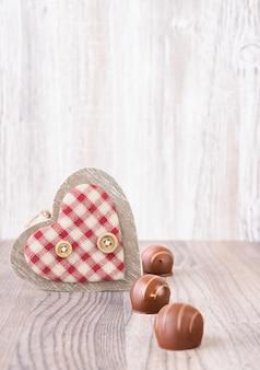 Valentinstag mit hölzernen herz- und schokoladenpralinen