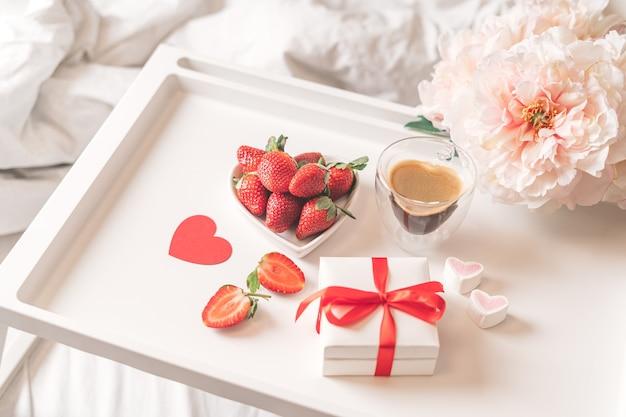 Valentinstag mit kaffee und erdbeeren.