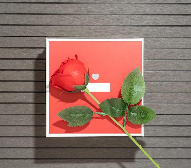 Valentinstag mit rotem kasten und roten rosen