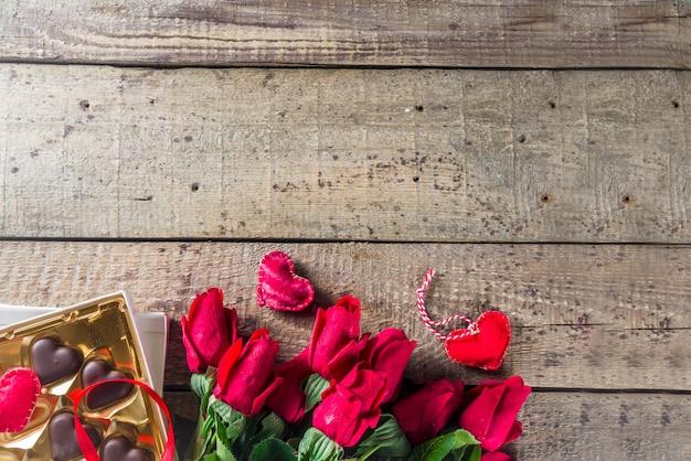 Valentinstag mit roten rosen und schokoladenherzen