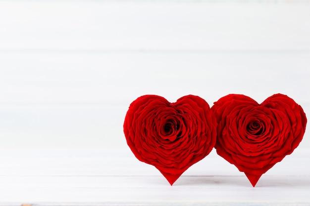 Valentinstag mit roten rosenherzen