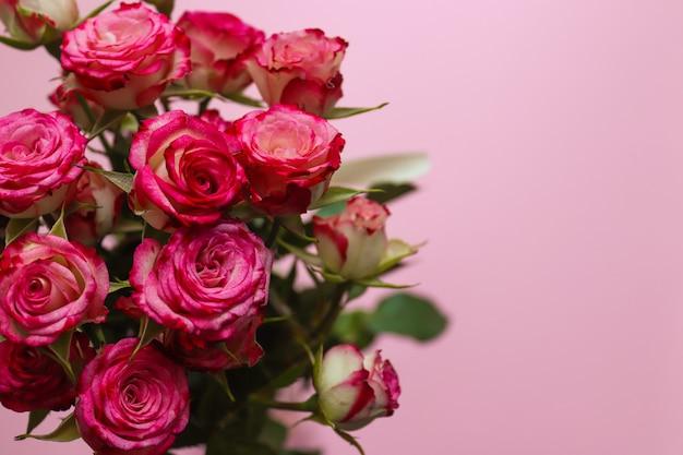 Valentinstag, muttertagsgrußkarte. schöner strauß der rosen auf einem unscharfen rosa hintergrund