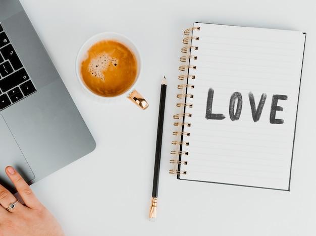 Valentinstag nachricht auf einem notizbuch