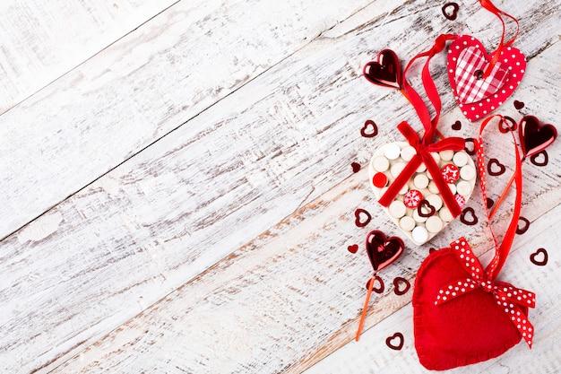 Valentinstag oberfläche mit herzen auf vintage holzbrett. mit kopierplatz für text