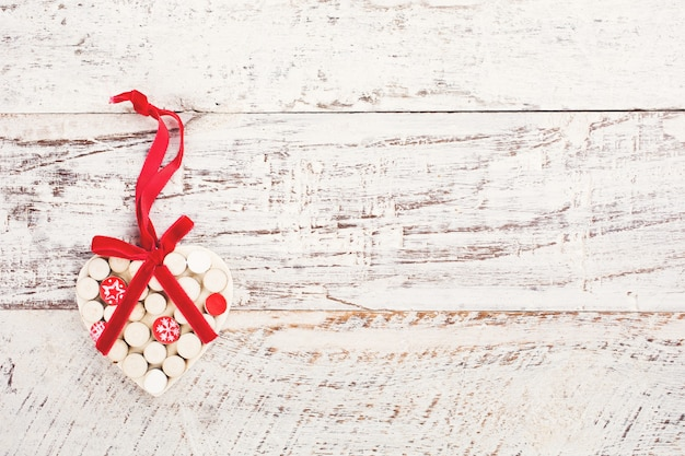 Valentinstag oberfläche mit holzherz auf vintage holzbrett. getöntes foto mit speicherplatz für text