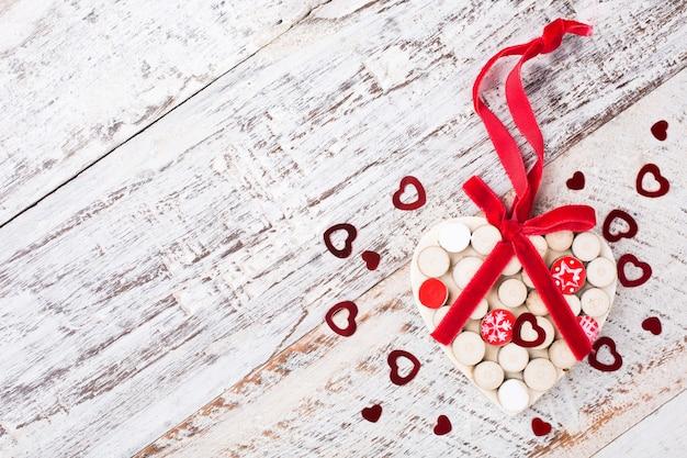 Valentinstag oberfläche mit holzherz auf vintage holzbrett. kopieren sie platz für text