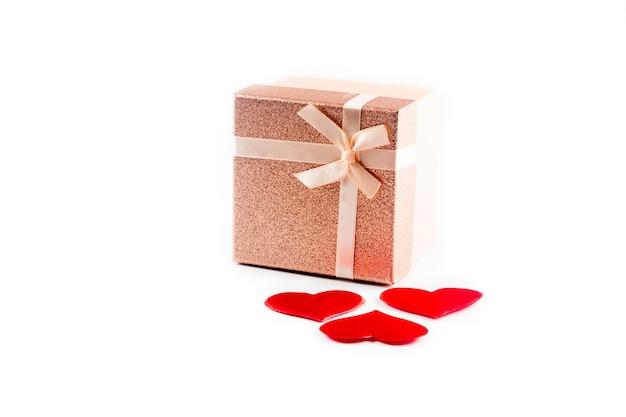 Valentinstag oder anderes feiertagsgeschenk mit roten herzen und geschenkbox auf weiß