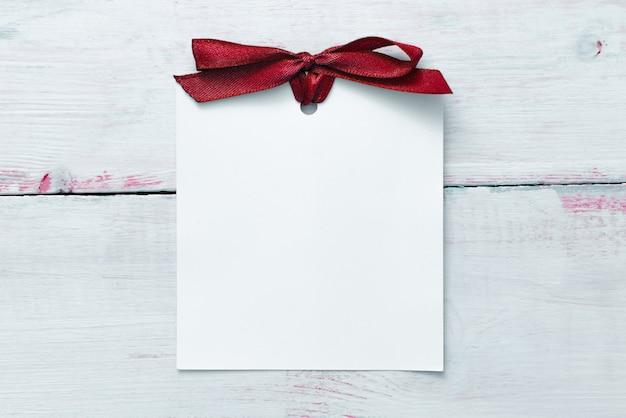 Valentinstag oder hochzeit mockup-szene mit leerer karte, leerer raum für ihren text, draufsicht
