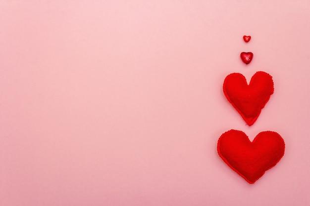 Valentinstag oder hochzeit romantisches konzept. rote herzen auf rosa hintergrund, draufsicht, kopienraum, flache lage