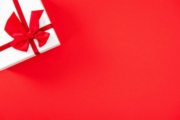 Valentinstag- oder hochzeitsgeschenkbox auf rotem hintergrund