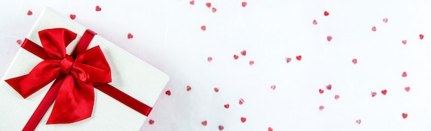 Valentinstag oder hochzeitsgeschenkkasten auf weißbuchfahnenhintergrund