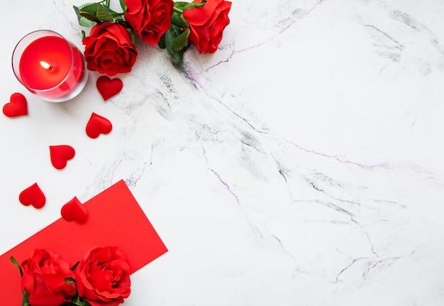 Valentinstag romantisch - rote rosen, kerze und herzen