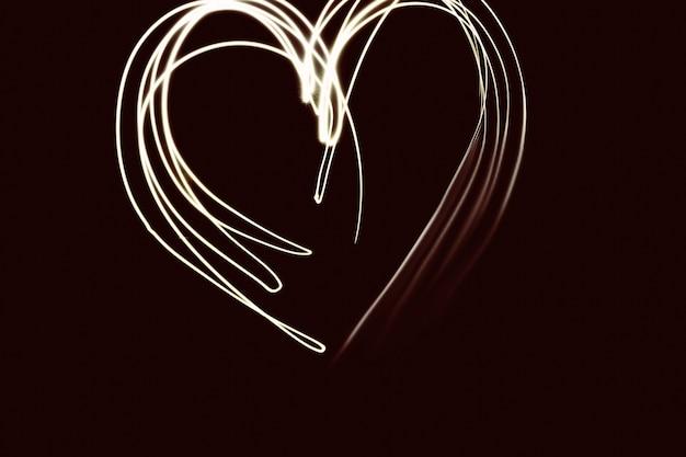 Valentinstag, romantisches foto. glitzerndes, glänzendes herz, gemaltes licht