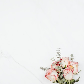 Valentinstag rosenstrauß auf weißem marmorhintergrund