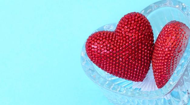 Valentinstag. rot glänzende herzen auf glasherz. valentinstag. herzanhänger.