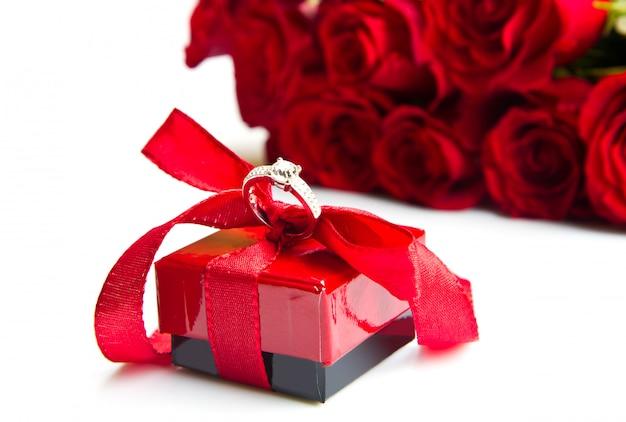 Valentinstag rote rosen und ringschachtel