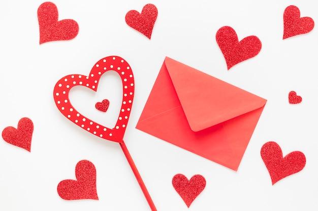 Valentinstag roten umschlag mit herzen