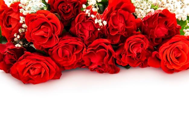 Valentinstag roter rosenstrauß auf einer weißen oberfläche