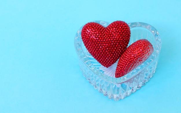 Valentinstag. rotes herz auf den blauen brettern. valentinstag. herzanhänger. rotes herz. platz für text. 8. märz. internationaler frauentag. getöntes bild.