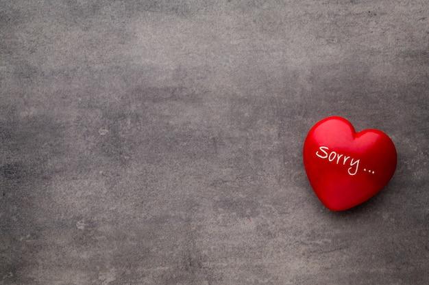 Valentinstag. rotes herz auf den dunklen brettern. valentinstag. herzanhänger. rotes herz.