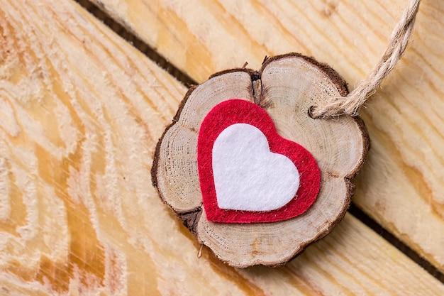Valentinstag. rotes und weißes herz auf einem holztisch. makro