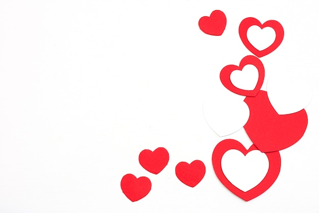 Valentinstag schnitt rote papierherzen