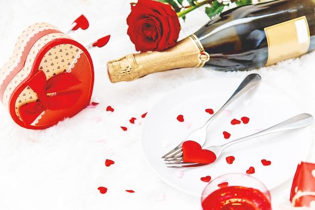 Valentinstag. schöne hintergrundgrußkarte mit einer rose. selektiver fokus