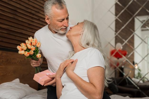 Valentinstag senior paar zu hause