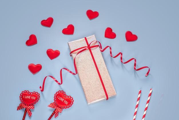 Valentinstag silber glitter geschenkbox mit roten stoffherzen