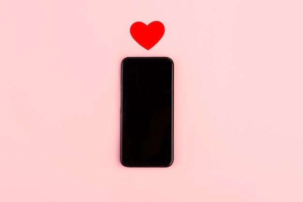 Valentinstag. smartphone und herz auf pink