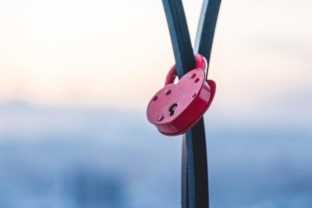 Valentinstag symbol. herzförmiges schloss.