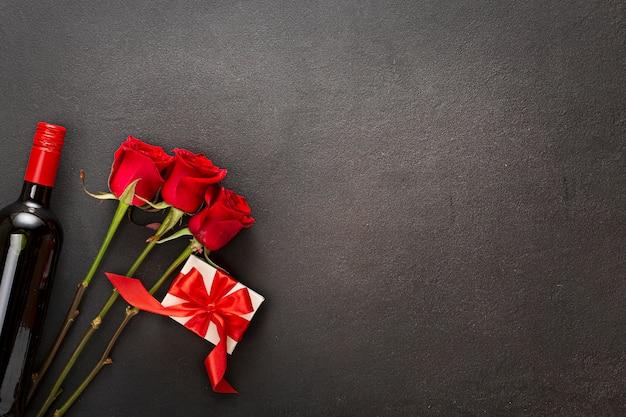 Valentinstag. symbolik des tages der liebendenherzen. selbst gemachte herzen auf einem seil auf einem dunklen hintergrund