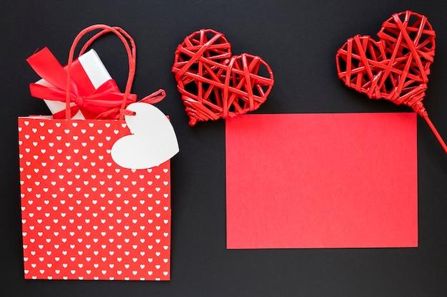 Valentinstag tasche mit geschenk und papier