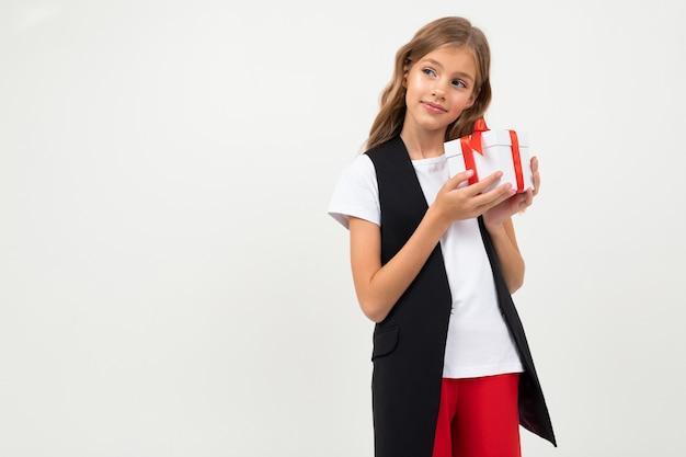 Valentinstag . teenager erhielt ein weihnachtsgeschenk von ihrem liebhaber