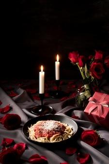 Valentinstag tisch mit nudeln und kerzen gedeckt