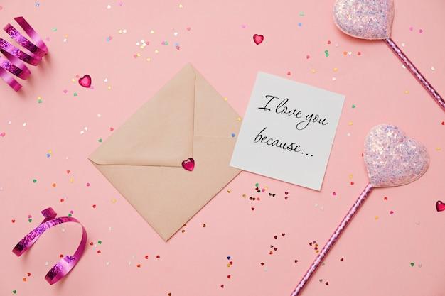 Valentinstag: umschlag mit herzen und buchstaben ich liebe dich auf rosa hintergrund