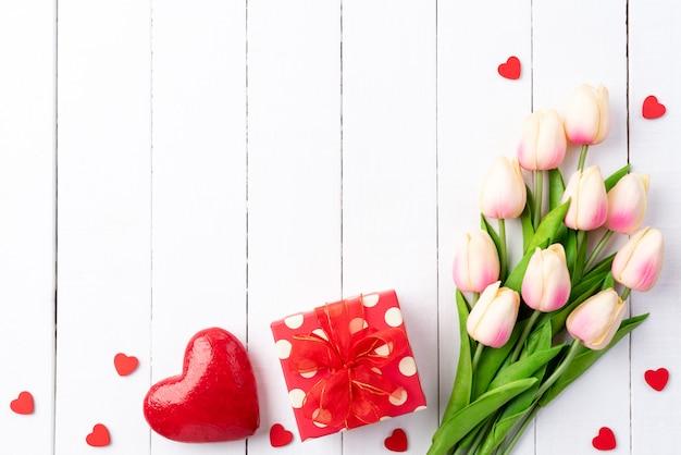 Valentinstag und liebeskonzept auf weißem hölzernem brett.