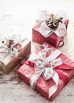 Valentinstag- und muttertagskonzept, rote geschenkbox mit schleife und rosen auf hellem hölzernem hintergrund