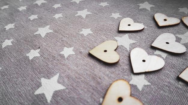 Valentinstag. vintage-stil. herzen auf alter grauer oberfläche mit weißen sternen