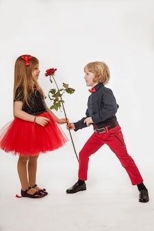 Valentinstag. weihnachtsgeschenk. blumen von einem kleinen herrn.