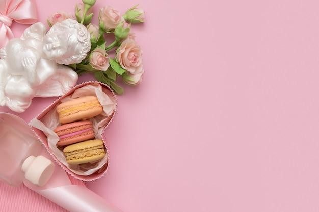 Valentinstag wohnung lag mit geschenkbox, makrone, blumen bogen, engel auf einem rosa hintergrund mit kopie raum