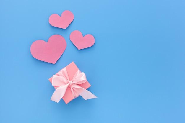 Valentinstag zusammensetzung: eine rosa geschenkboxen mit band