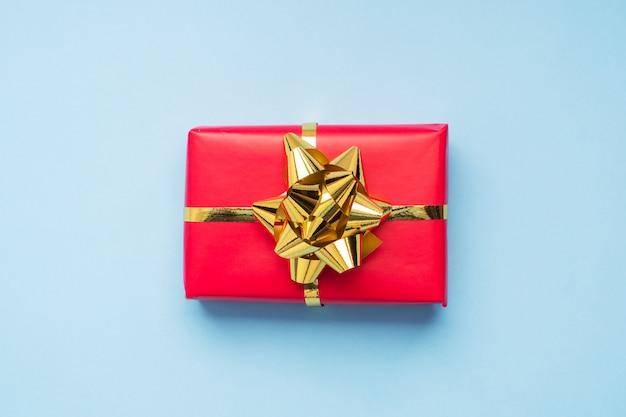 Valentinstag zusammensetzung, gruß geschenkbox mit gold konfetti auf blauem hintergrund. flach liegen.