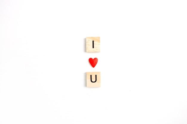 Valentinstag zusammensetzung. ich liebe u aus rotem herzen auf weißem hintergrund. flache lage, ansicht von oben