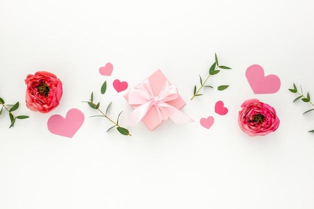 Valentinstag zusammensetzung: rosa geschenkboxen mit band, herz und rose