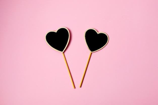 Valentinstag zwei herz auf rosa hintergrund