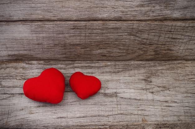 Valentinstag. zwei rote herzen auf holz.