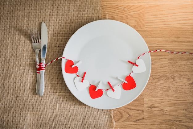 Valentinstagabendessen mit gedeck