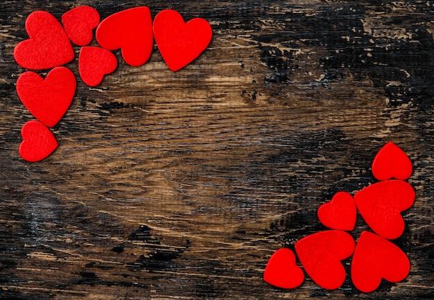 Valentinstagdekoration hintergrund der roten herzen hölzerne