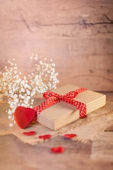 Valentinstagdekorationen auf holz